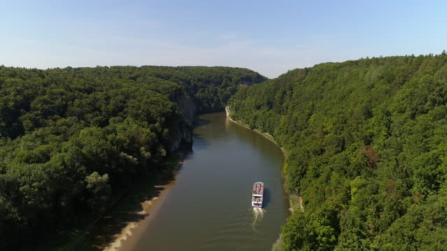 vídeos de stock, filmes e b-roll de tourboat passando através do desfiladeiro de danúbio em kelheim-weltenburg - ponto de vista de câmera