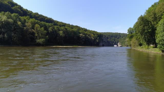 kelheim weltenburg のドナウ川の渓谷を通過 tourboats - 景勝地点の映像素材/bロール