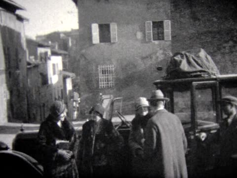 vídeos de stock, filmes e b-roll de 1929 touring car in venice with driver - 1920 1929