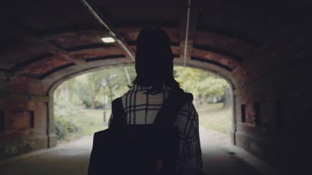 tourismus und urlaub im central park. new york city - rucksack stock-videos und b-roll-filmmaterial