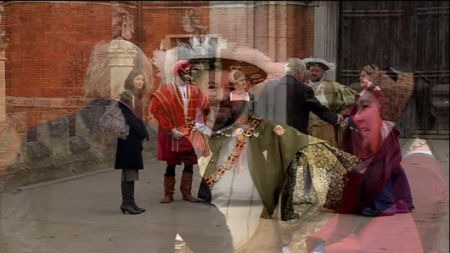 vídeos de stock e filmes b-roll de boris johnson announces grand celebration of london england london hampton court palace ext various of four people dressed as king henry viii and his... - tudor