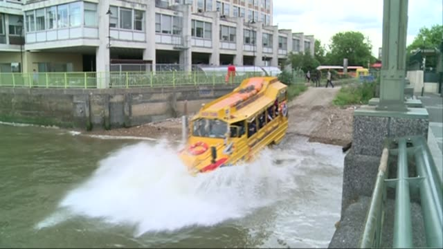 vídeos de stock, filmes e b-roll de tourism on the river thames t08071408 / tx london duck tours amphibious vehicle driving into river person taking photograph from mobile phone inside... - veículo anfíbio