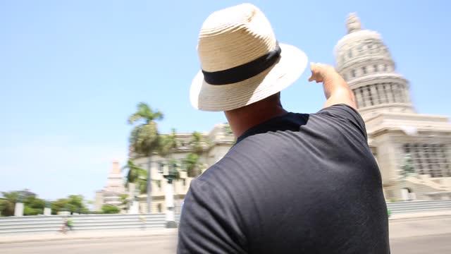 vidéos et rushes de touriste admirant les bâtiments de la havane, cuba - tourism