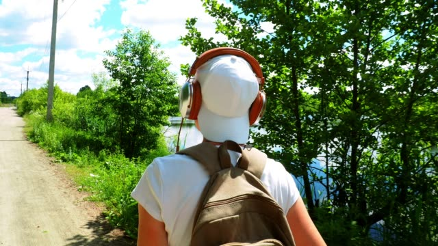vídeos y material grabado en eventos de stock de turismo solo en un camino rural - camiseta blanca