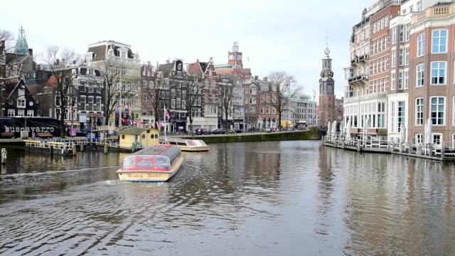 Turist- och Street trafik spårvagn & båtar på Amsterdam Amsterdam, Nederländerna