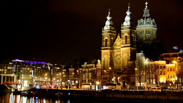 観光とストリートのトラフィックのトラム ・ アムステルダム オランダ アムステルダム中央駅でボート - 北ホラント州点の映像素材/bロール