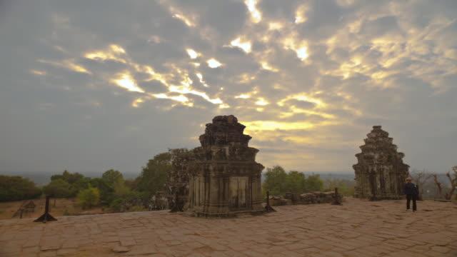 ws t/l tourist at angkor wat (unesco world heritage site) / siem reap,  angkor wat,  cambodia - 史跡めぐり点の映像素材/bロール