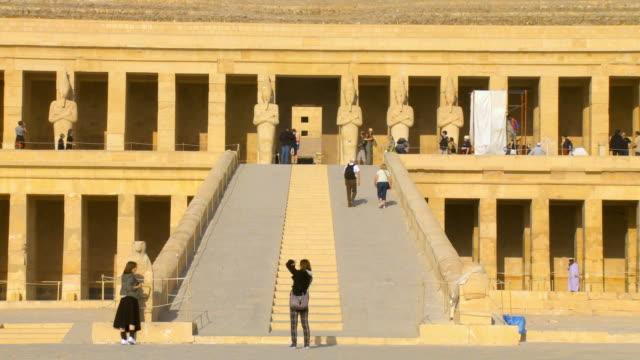 vídeos de stock, filmes e b-roll de ws zo tourist at hatshepsut's temple, deir el-bahri at valley of kings / luxor, egypt - templo de hatshepsut