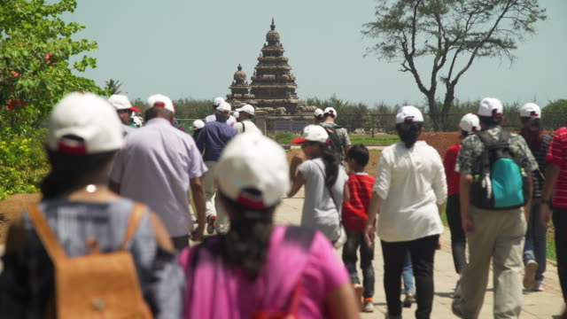 vídeos de stock e filmes b-roll de tourist at mamallapuram temples and group of monuments at mahabalipuram - templo