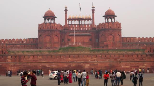 vídeos y material grabado en eventos de stock de tourist at the indian travel tourism background - red fort (lal qila) delhi - world heritage site. delhi, india - palace