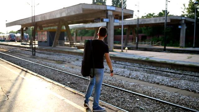 vidéos et rushes de routard de touriste pour voyager à la gare - quai de gare