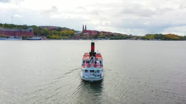 """touristenboot in der nähe von stockholm rathaus """"rathaus"""" aus der luft gesehen - fähre stock-videos und b-roll-filmmaterial"""