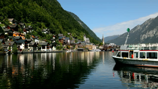 tourist boat on lake hallstatt in austria - オーストリア文化点の映像素材/bロール