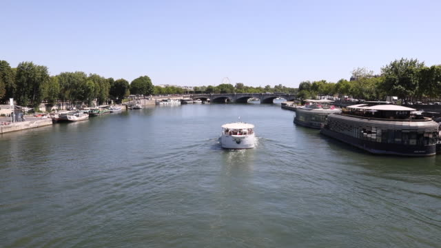 tourist boat on the seine heads towards the pont de la concorde, in the center of the capital city, on july 21, 2020 in paris, france. batobus and... - ausflugsboot stock-videos und b-roll-filmmaterial