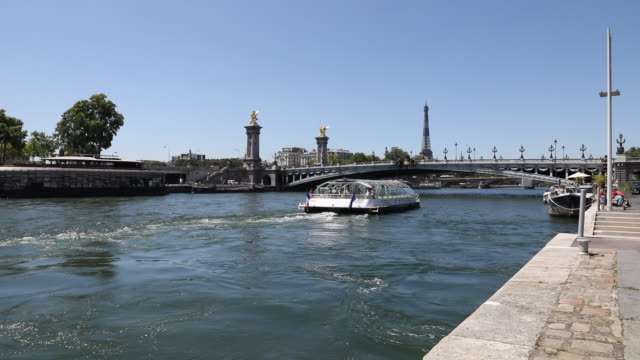 tourist boat on the seine passes under the pont alexandre iii, with the eiffel tower in the distance, on july 21, 2020 in paris, france. batobus and... - ausflugsboot stock-videos und b-roll-filmmaterial