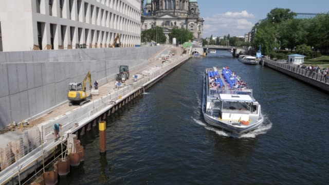 a tourist boat on the spree river passes by baroque and modernist facades of the humboldt forum as the dom cathedral stands behind on june 17 2019 in... - berliner stadtschloss stock-videos und b-roll-filmmaterial