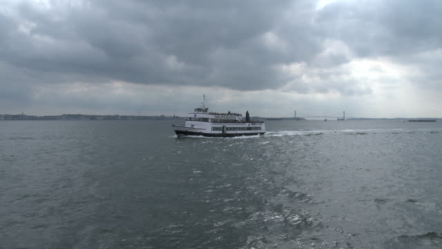 stockvideo's en b-roll-footage met tourist boat sails in ny harbor / hudson river - ferry