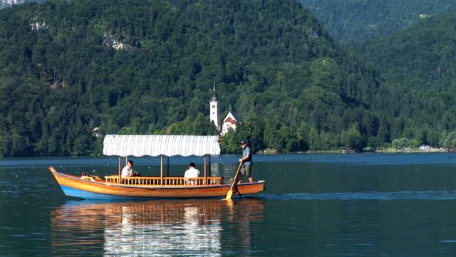 vídeos de stock e filmes b-roll de hd: barco de turismo - lago bled
