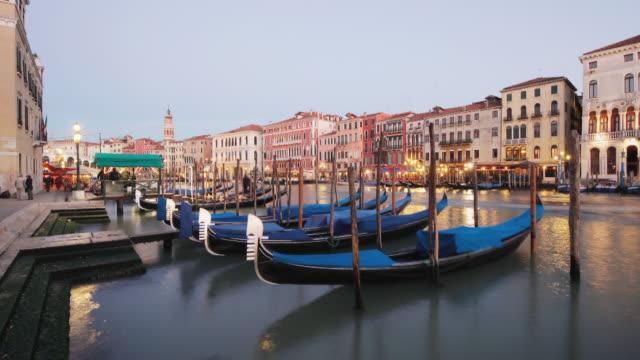 vidéos et rushes de tourist boats cruise past vacant gondolas on the grand canal. - aller tranquillement
