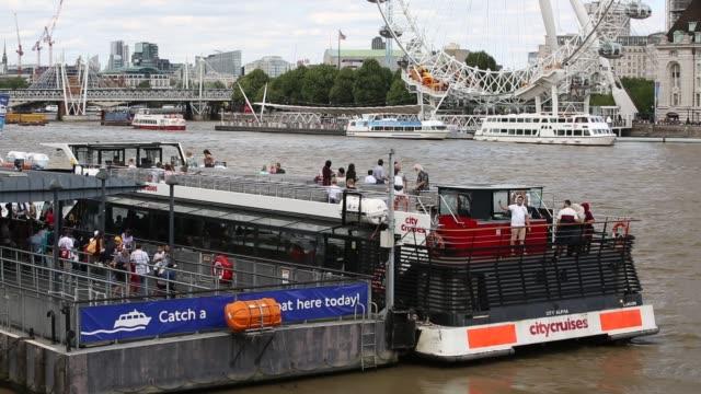 vídeos de stock e filmes b-roll de tourist boats on the river thames in london - barco de turismo