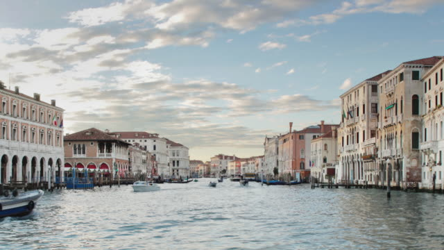 "vidéos et rushes de ""tourist boats, speedboats and gondolas cruise along the grand canal in venice."" - aller tranquillement"
