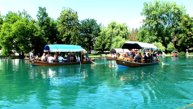 vídeos de stock e filmes b-roll de hd: barcos de turismo - lago bled
