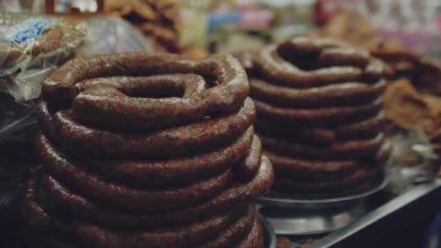 vídeos de stock, filmes e b-roll de turista que compra o alimento tailandês no alimento da rua. - mercado das pulgas