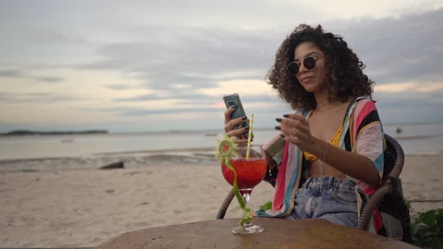 tourist cocktail smartphone beach - tropical cocktail stock videos & royalty-free footage
