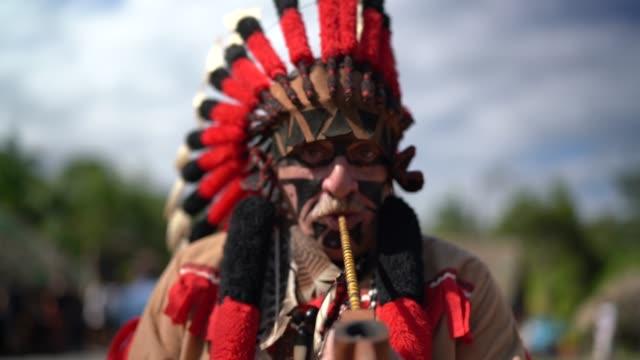 先住民族の肖像画として衣装を着た観光 - ネイティブアメリカン点の映像素材/bロール