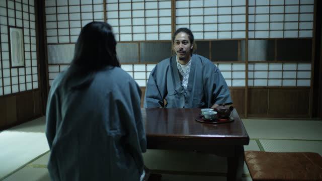stockvideo's en b-roll-footage met toeristische paren chatten in ryokan - ryokan