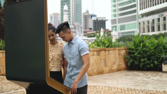 vídeos de stock e filmes b-roll de tourist couple in kuala lumpur - edifício do sultão abdul samad