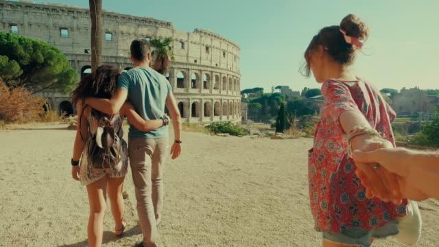 pov tourist paar in rom: folgen sie mir - subjektive kamera ungewöhnliche ansicht stock-videos und b-roll-filmmaterial