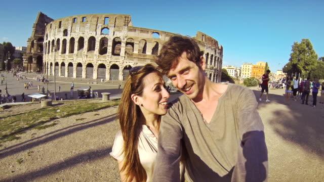 Tourist paar, die ein selfie auf dem Coliseum