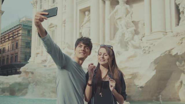 vídeos y material grabado en eventos de stock de pareja de turistas en roma tomando un autorretrato - roma italia