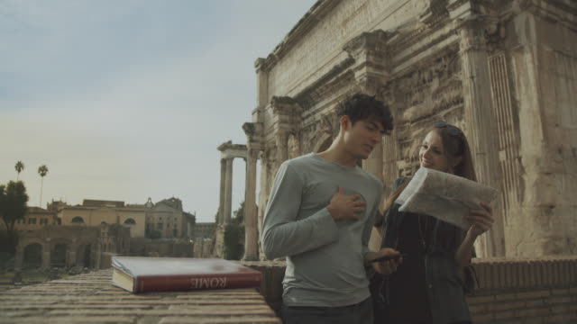 Tourist pareja con Mapa del foro romano en Roma