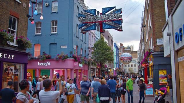 tourist crowd at london street - besichtigung stock-videos und b-roll-filmmaterial