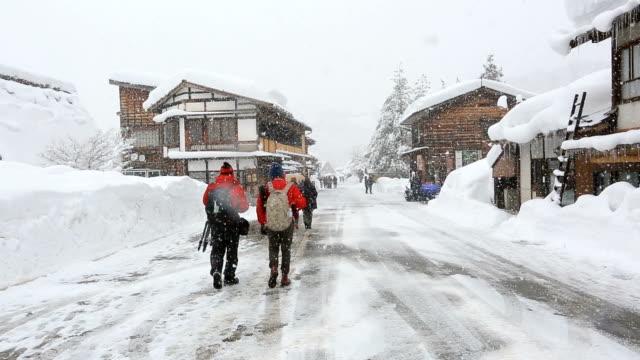 Toeristische menigte in Shirakawago werelderfgoed Japan met sneeuwval