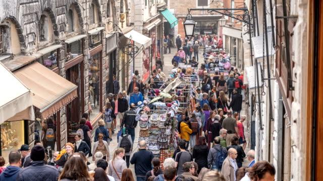 stockvideo's en b-roll-footage met toeristische menigte winkelen in straatmarkt op rialto bridge venetië italië - markt