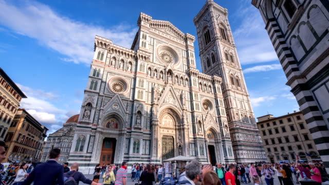 touristenaufreisen am dom von florenz, dom santa maria del fiore, italien - italienischer abstammung stock-videos und b-roll-filmmaterial