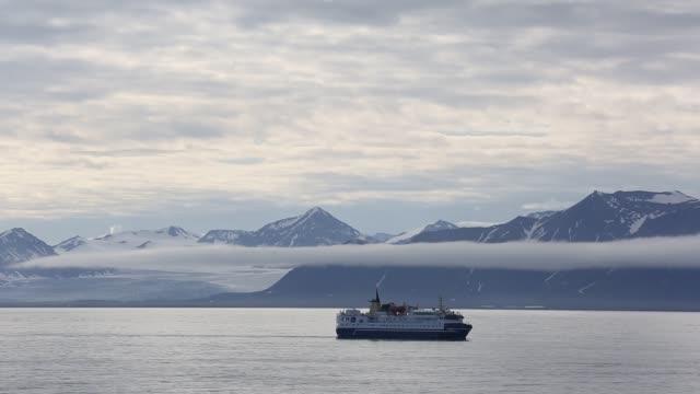 tourist cruise ship in longyearbyen, spitsbergen, svalbard. - kryssa bildbanksvideor och videomaterial från bakom kulisserna