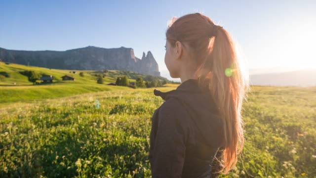 tourist enjoying mountain landscape - desiderio video stock e b–roll
