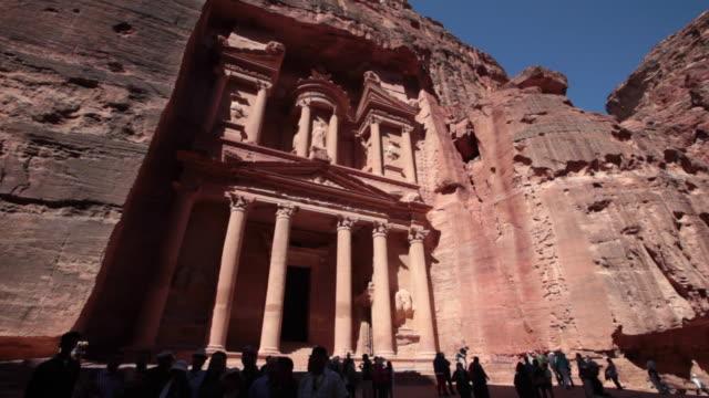 vídeos de stock e filmes b-roll de tourist enjoying the treasury in petra, jordan at the late afternoon - petra