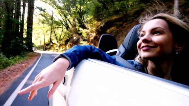 vídeos y material grabado en eventos de stock de turísticas visitar california redwoods: conducción - coche deportivo