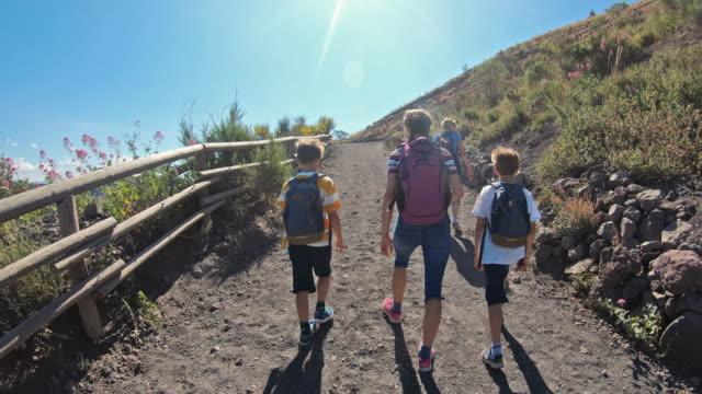 escursioni turistiche in famiglia sul vulcano vesuvio in campania - escursionismo video stock e b–roll