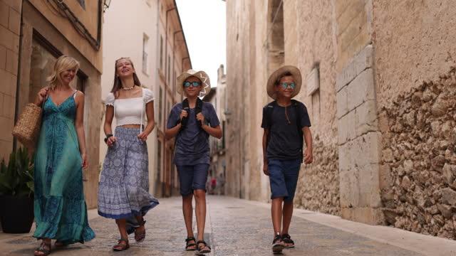 vidéos et rushes de famille de touristes se promenant dans les rues de la belle ville espagnole - spanish culture