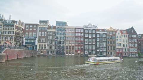 vídeos y material grabado en eventos de stock de lugar turístico famoso en amsterdam holanda - barcaza embarcación industrial