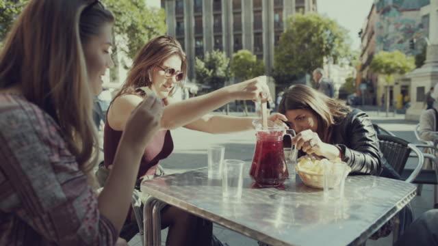 vídeos y material grabado en eventos de stock de turista niñas en madrid - bar