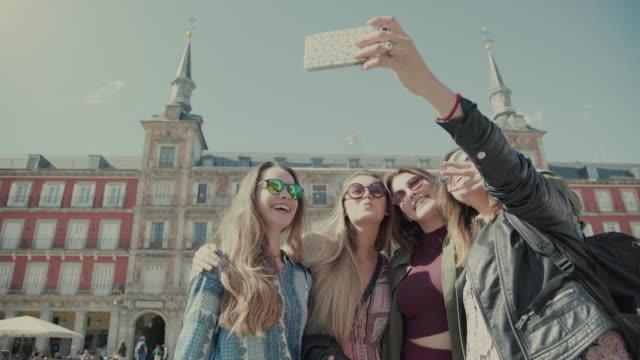 vídeos y material grabado en eventos de stock de turista niñas en madrid - madrid