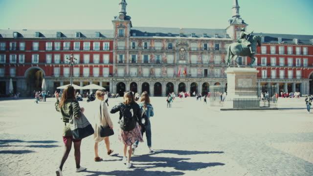 vídeos y material grabado en eventos de stock de turista niñas en plaza mayor de madrid - madrid