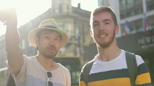 fremdenführer im gespräch mit seinem kunden während stadtspaziergang - tourist stock-videos und b-roll-filmmaterial